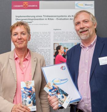 """Als Stellvertretende der """"Trink!Wasser""""-Initiative präsentierten Peter Tenhaken vom Gesundheitsdienst für Landkreis und Stadt Osnabrück und Helga Suhre vom Wasserverband Bersenbrück das gemeinsame erfolgreiche regionale Engagement."""